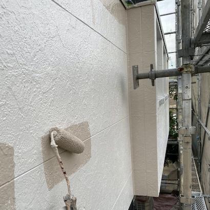 屋根は黒、外壁塗装は白で、美しさと耐久性を保つモダンな塗り替え 名古屋市天白区