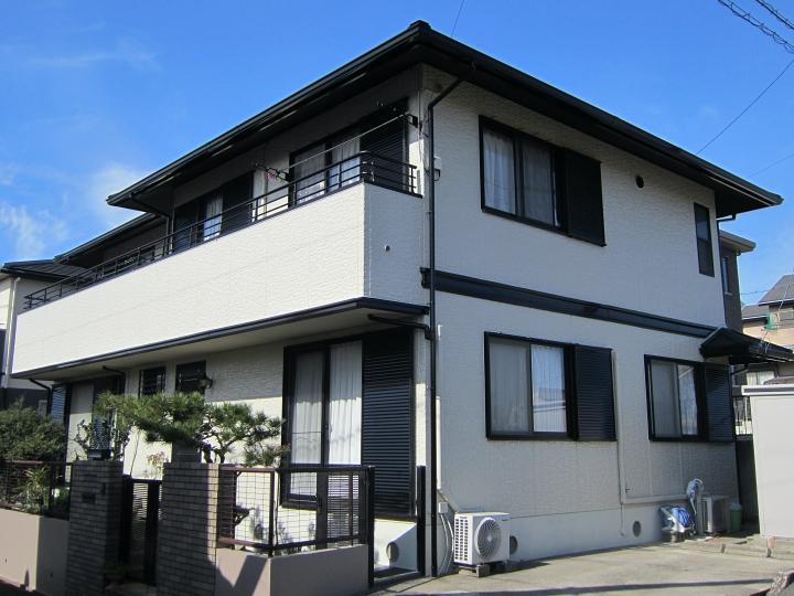 屋根リフォームと、白にアクセントが黒のモノトーンでクールな外観仕上がり 東海市