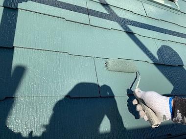 緑の屋根、オフホワイトの外壁、白のアクセントがおしゃれな色選び 名古屋市南区