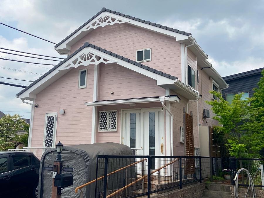 ピンクに外壁塗り替え!お洒落なお家・妻飾りの魅力を活かした組み合わせ 東海市